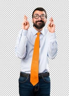 Uomo divertente con gli occhiali con le sue dita che attraversano