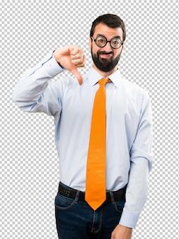 Uomo divertente con gli occhiali facendo cattivo segnale