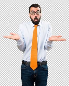 Uomo divertente con gli occhiali facendo gesto poco importante