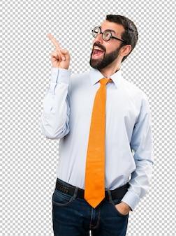Uomo divertente con gli occhiali pensando