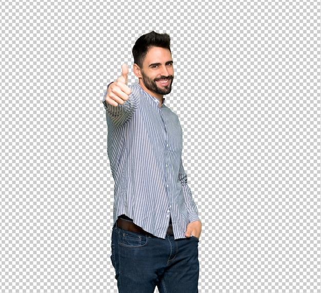 Uomo elegante con la camicia che dà un pollice in alto gesto perché è successo qualcosa di buono