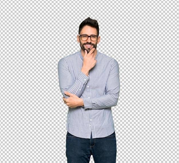 Uomo elegante con la camicia con gli occhiali e sorridente