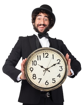 Uomo elegante con un orologio gigante