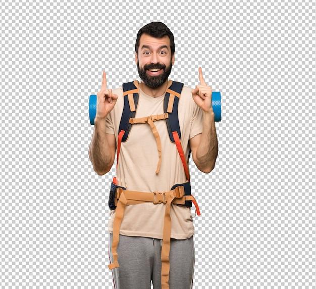 Uomo escursionista che indica una grande idea