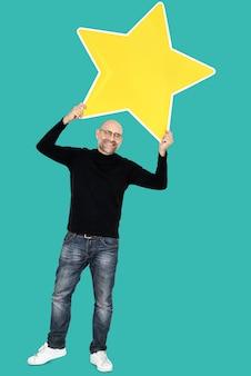 Uomo felice con un'icona grande stella