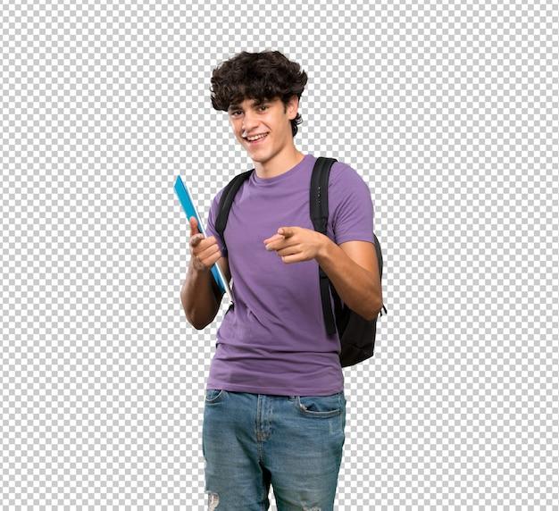 Uomo giovane studente che punta verso la parte anteriore e sorridente