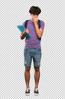 Uomo giovane studente con dubbi