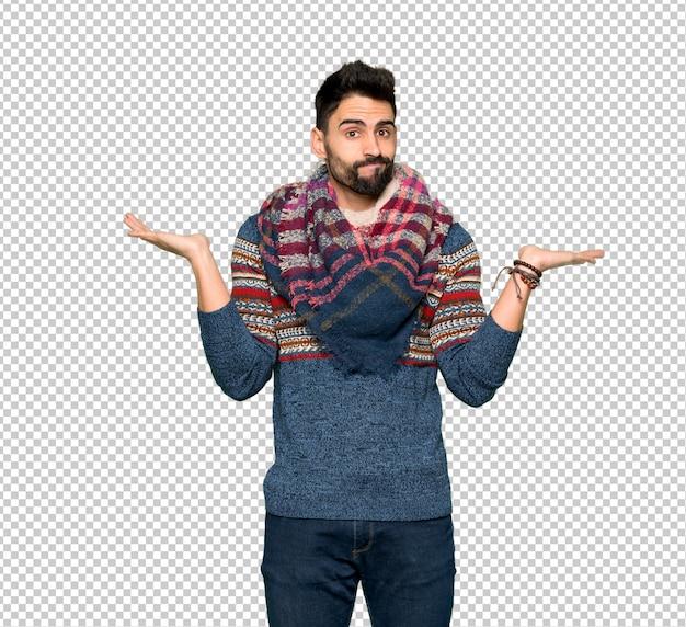 Uomo hippie che ha dei dubbi mentre solleva le mani e le spalle