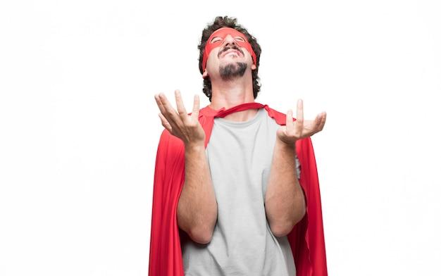 Uomo in abito da supereroe in posa disperata