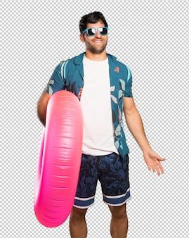 Uomo in costume da bagno con gli occhiali e felice