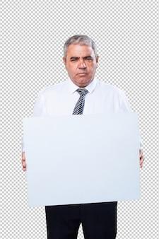 Uomo maturo che tiene un banner