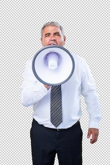 Uomo maturo che tiene un megafono