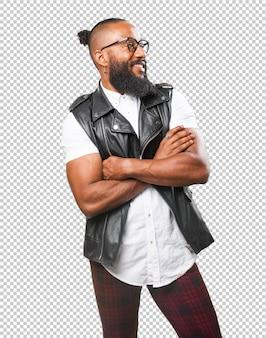 Uomo nero che incrocia le braccia