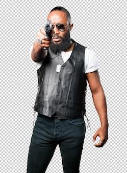 Uomo nero con una pistola pop