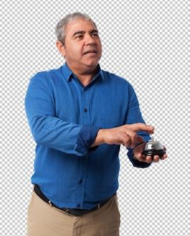 Uomo premendo il pulsante