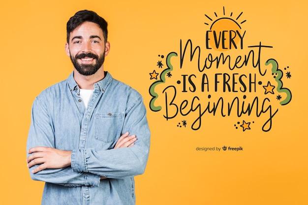 Uomo sorridente che sta accanto ad una citazione positiva