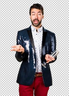 Uomo ubriaco con giacca con champagne