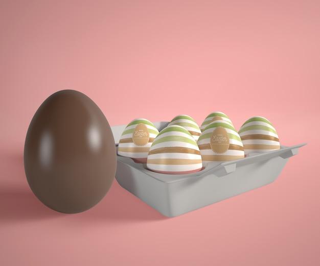 Uovo di cioccolato e cassaforma con uova