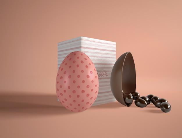 Uovo di cioccolato pasquale ad alto angolo