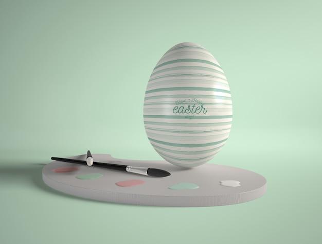 Uovo di pasqua con strumenti di pittura
