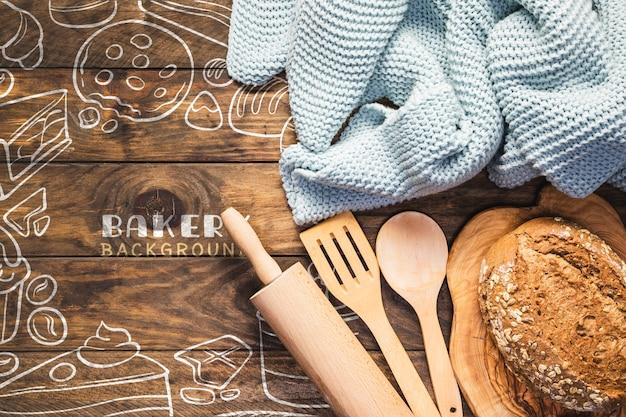 Utensilios de cocina con pan blanco recién horneado