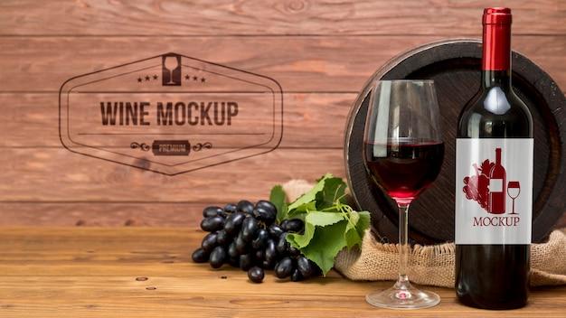 Uvas y botella de vino tinto