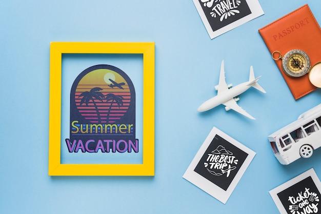 Vacaciones de verano con marco y elementos relacionados con viajes