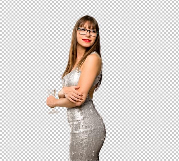 Vacanze di natale. donna che indossa un vestito di lustrini con champagne che celebra il nuovo anno 20