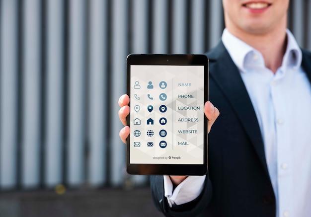 Vage mens die digitale tablet in openlucht houdt