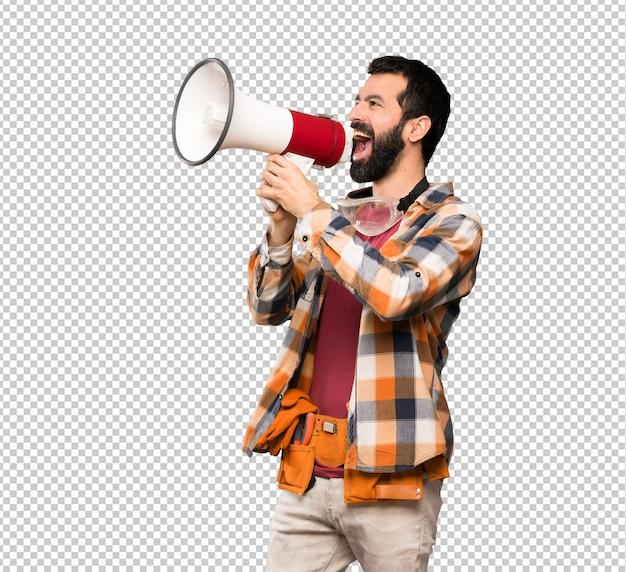 Vakmanmens die door een megafoon schreeuwt