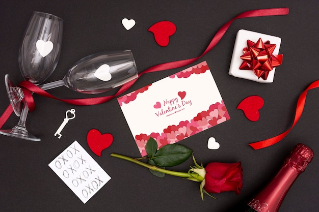 Valentijnsdag concept met roos en champagne glas