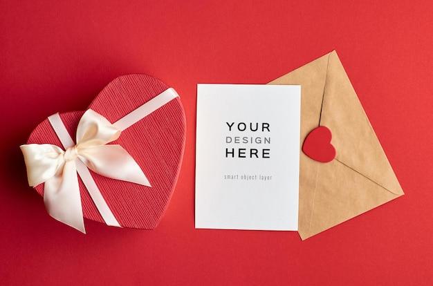 Valentijnsdag kaart mockup met envelop en hart geschenkdoos op rood
