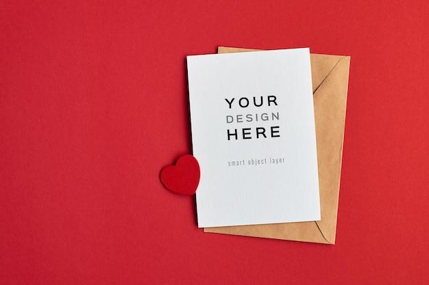 Valentijnsdag kaart mockup met envelop en hart op rood