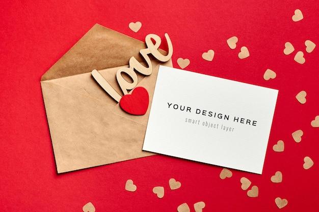 Valentijnsdag kaart mockup met envelop en houten decoraties liefde en hart