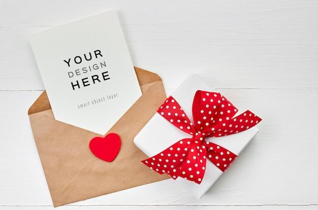 Valentijnsdag kaart mockup met envelop, rood hart en geschenkdoos op wit