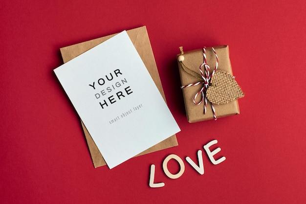 Valentijnsdag kaart mockup met geschenkdoos en liefdesbrieven op rood
