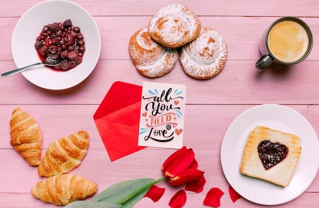 Valentijnsdag kaart mockup met ontbijt