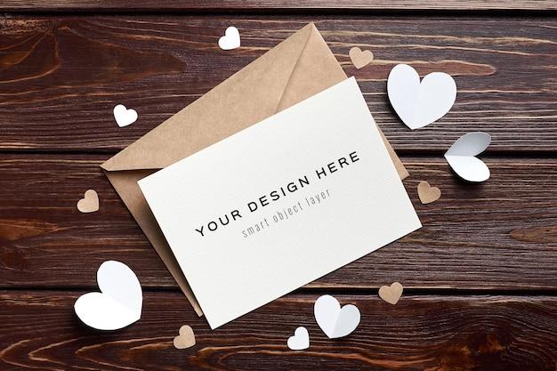 Valentijnsdag kaart mockup met papieren hartjes decoraties