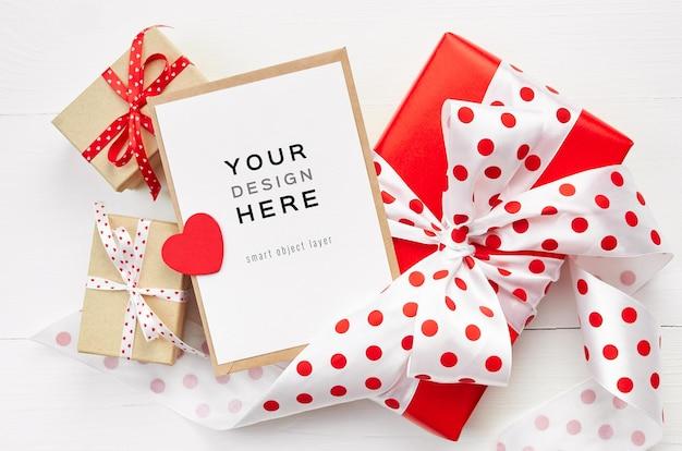Valentijnsdag kaart mockup met rood hart en geschenkdozen op wit