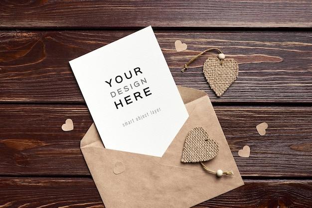 Valentijnsdag kaartmodel met envelop en hartendecoraties