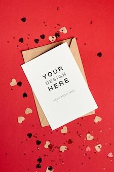 Valentijnsdag kaartmodel met envelop en kleine feestelijke harten op rood