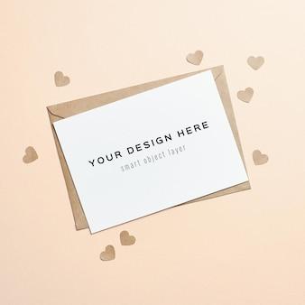 Valentijnsdag kaartmodel met envelop en papieren harten