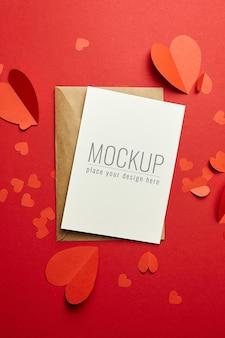 Valentijnsdag kaartmodel met envelop en rode papieren harten