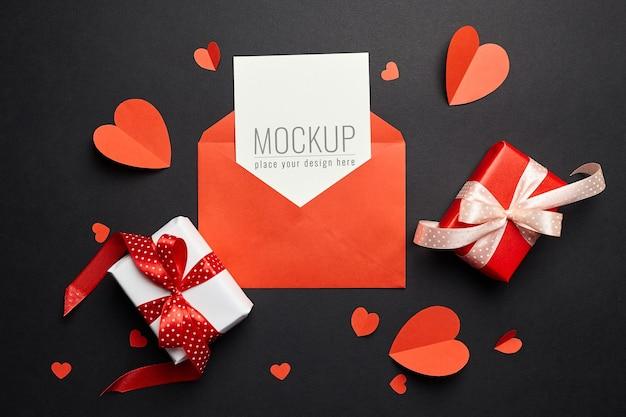 Valentijnsdag kaartmodel met envelop, rode harten en geschenkdozen papier