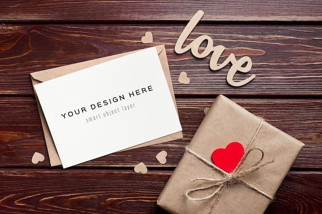 Valentijnsdag kaartmodel met geschenkdoos en hartendecoraties