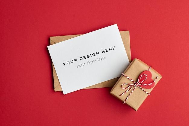 Valentijnsdag kaartmodel met versierde geschenkdoos op rood