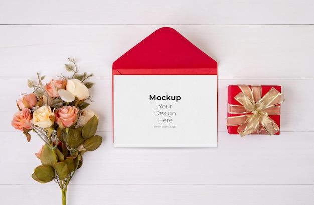 Valentijnsdag wenskaart mockup en brief en bloem op houten tafel