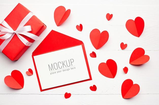 Valentijnsdag wenskaart mockup met rode geschenkdoos en harten