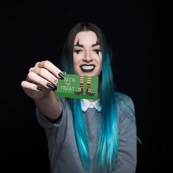 Vampiro femenino presentando tarjeta de visita