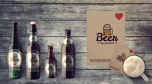 Varias botellas de cerveza en maqueta de mesa de madera